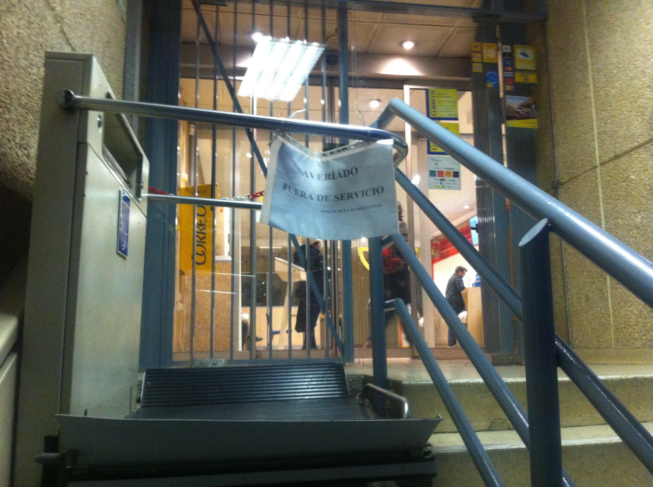 El elevador para discapacitados de la oficina de correos for Oficina de correos las rozas