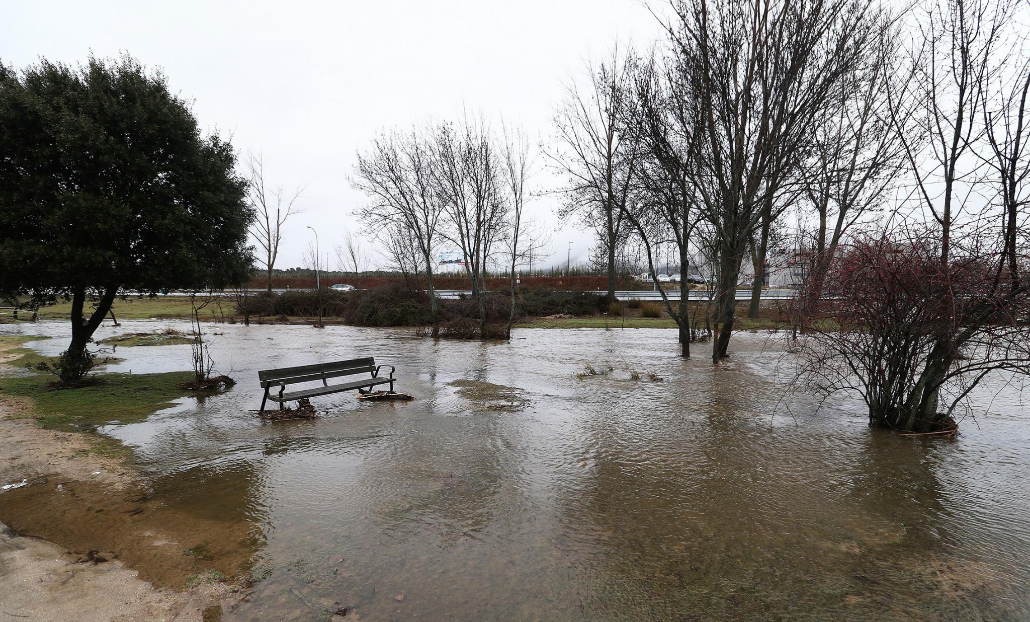 Las lluvias convierten en una piscina el circuito de la for Piscina guadarrama