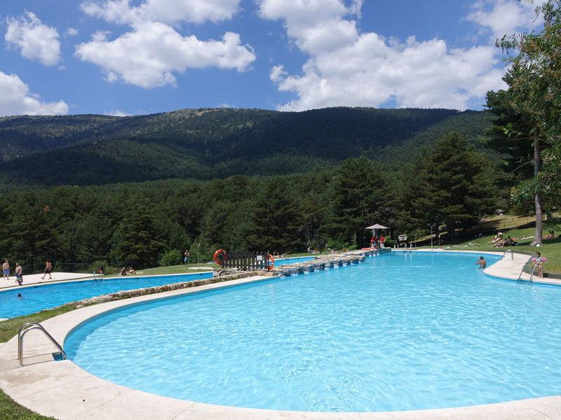 Las piscinas de las berceas de cercedilla abren sus for Alquiler verano sierra madrid piscina