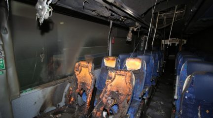 El conflicto de Irubus se recrudece: un autobús, incendiado tras un ataque con ácido