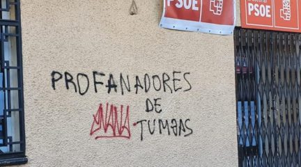 Las sedes del PSOE en El Escorial y San Lorenzo amanecen con pintadas contra la exhumación de Franco