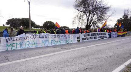 70 personas de colectivos memorialistas se concentran frente al Valle de los Caídos para pedir la exhumación de Primo de Rivera