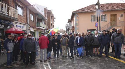 Más de medio centenar de vecinos se concentran en Alpedrete para pedir la continuidad de la peatonalización de la calle Real