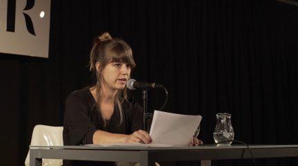 Ángela Segovia, ganadora del Premio Nacional de Poesía 2017 dirige la tertulia literaria del colegio Laude Fontenebro School de Moralzarzal