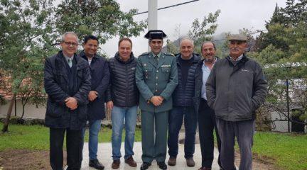 El cuartel de la Guardia Civil de Hoyo de Manzanares luce mástil y bandera nuevos gracias a una colecta vecinal