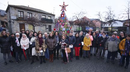 Colmenarejo recibe la Navidad con un original árbol de ganchillo en la plaza de la Constitución