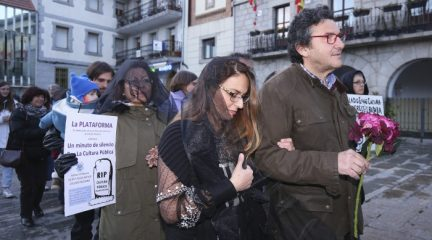 Una veintena de vecinos de Collado Mediano se concentran frente al Ayuntamiento para pedir que no se privatice la Escuela Municipal de Música