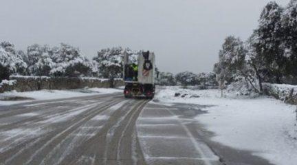 El dispositivo para limpiar las calles de nieve se suma a las habituales tareas de desinfección en Valdemorillo