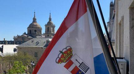 La bandera de San Lorenzo de El Escorial ondea a media asta en recuerdo de los vecinos fallecidos