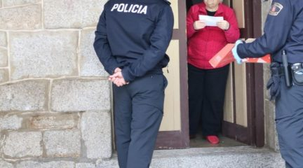La Policía Local reparte 8.500 mascarillas en los domicilios de Hoyo de Manzanares