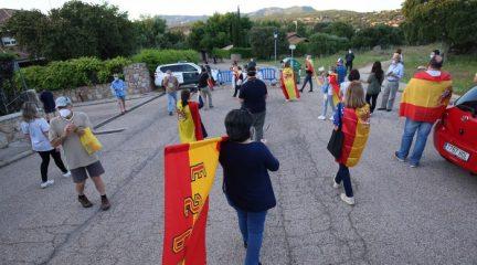 Las caceroladas contra el Gobierno se repiten en las inmediaciones de la casa de Pablo Iglesias en Galapagar y se extienden a otros municipios de la Sierra