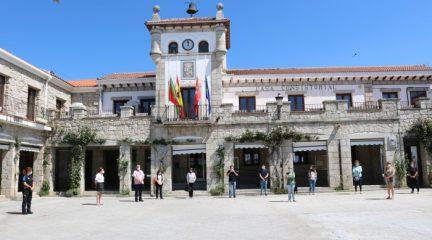 PSOE, Unidas Podemos y Ciudadanos guardan un minuto de silencio en Hoyo de Manzanares por las víctimas de la Covid-19