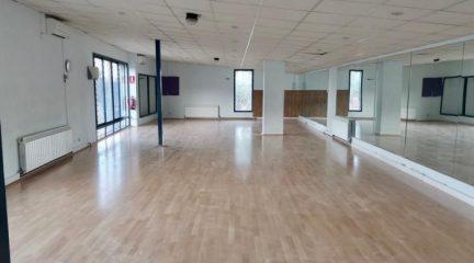 El Escorial aprovecha la ausencia de actividad para cambiar el suelo de la sala de aeróbic del polideportivo
