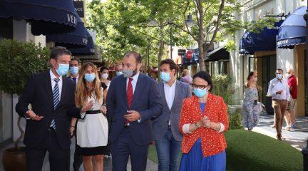 """El consejero de Economía lanza un mensaje de """"tranquilidad y confianza"""" en su visita a Las Rozas Village, donde un comercio obtiene el sello Garantía Madrid"""