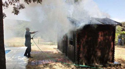 La Policía Local de Moralzarzal sofoca un incendio en una finca originado por la falta de mantenimiento de un sistema eléctrico