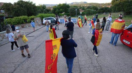 """Vecinos de Galapagar se querellan contra Iglesias por el """"acoso"""" contra ellos por protestar ante su vivienda"""