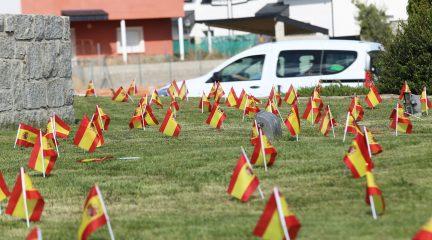 """El Ayuntamiento de El Boalo pide la retirada de las banderas de España colocadas en una rotonda por """"riesgo para la seguridad vial"""""""