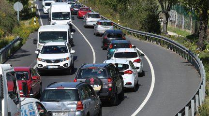Retenciones puntuales en las salidas de Madrid y tráfico intenso en los accesos a la Sierra en las primeras horas tras el estado de alarma