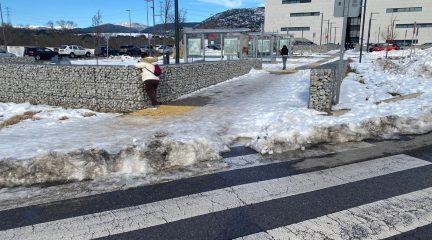 """El PSOE de Collado Villalba denuncia que los accesos peatonales al hospital siguen con nieve y hielo y """"no son seguros"""""""