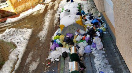 Vecinos de la calle Comercio de Galapagar denuncian la acumulación de basura junto a su portal