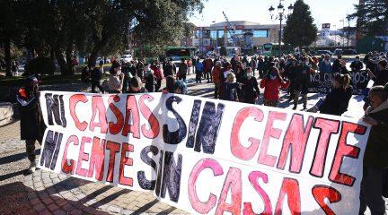 Un centenar de personas en la manifestación a favor de la ocupación de viviendas en la calle Real de Collado Villalba