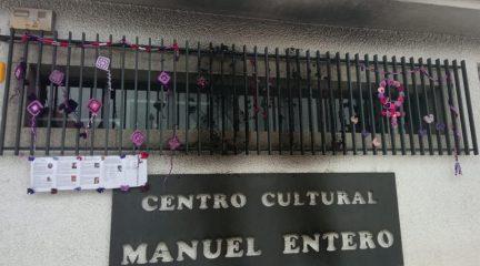 Queman el mural de lana que se había instalado en el Centro Cultural de Colmenarejo por el 8-M