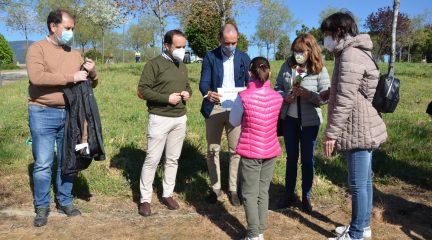 16 familias de Guadarrama participan en la plantación de un centenar de alcornoques en Los Builes