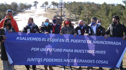 PP y Vox se suman a la concentración en defensa de las pistas de esquí en el Puerto de Navacerrada