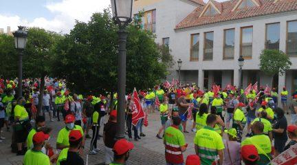 Un centenar de trabajadores se concentra frente a las puertas del Ayuntamiento de Torrelodones por los despidos en el servicio de parques y jardines