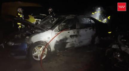 Los Bomberos sofocan un incendio en un depósito de vehículos en Valdemorillo