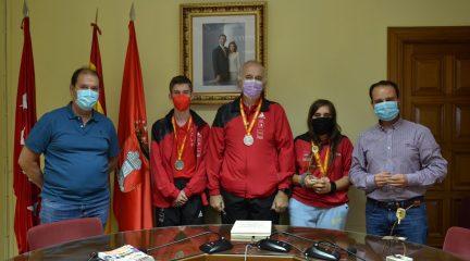 El alcalde se reúne con los deportistas de CETM Sierra de Guadarrama para agradecerles sus recientes triunfos