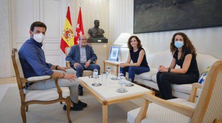 """Ayuso se reúne con el alcalde de El Escorial a una semana de la moción de censura: """"Esperamos que la edil de Ciudadanos no la apoye"""""""