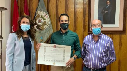 El Ayuntamiento de El Escorial entrega la Cruz de la Orden de Isabel la Católica al teniente de la Guardia Civil del Puesto de San Lorenzo