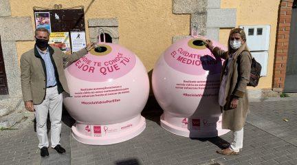 Collado Villalba instala un contenedor para reciclar vidrio contra el cáncer de mama en la Plaza de El Titi