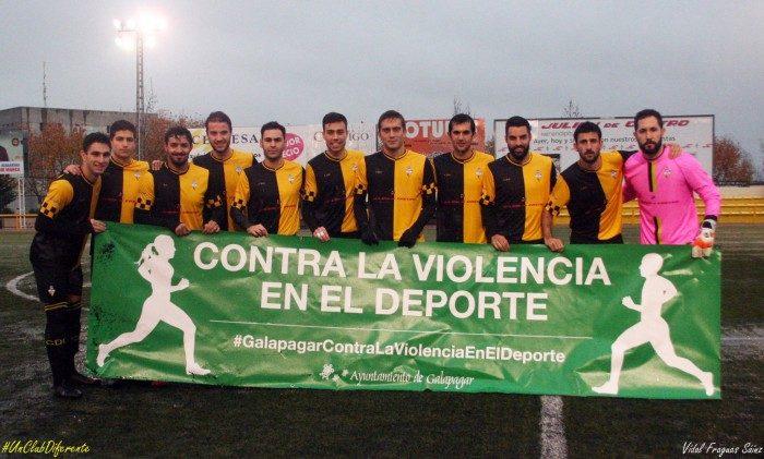 Los jugadores galapagueños, antes de empezar el encuentro con una pancarta contra la violencia en el deporte / Fotografía: Vidal Fraguas - Twitter CD Galapagar