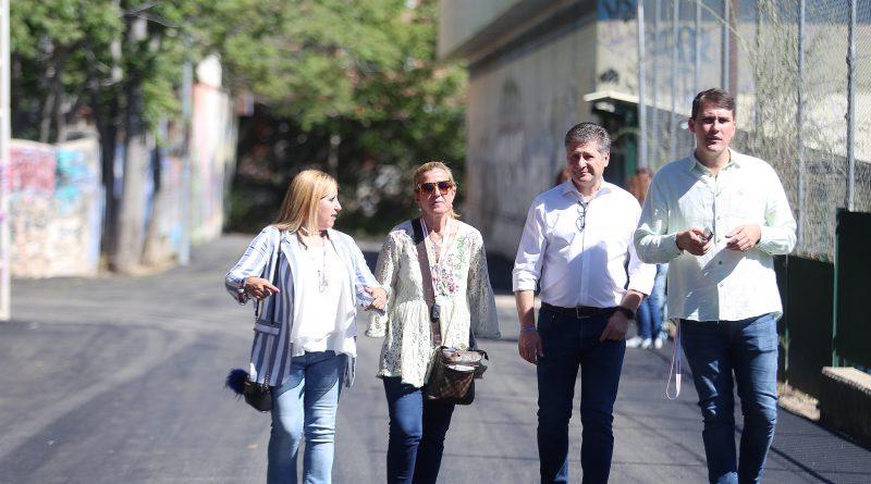 Imagen de la visita de la alcaldesa, Mariola Vargas, y la entonces edil de Urbanismo, Yolanda Martínez, del asfaltado del acceso al pabellón del colegio Miguel de Cervantes en mayo de 2019